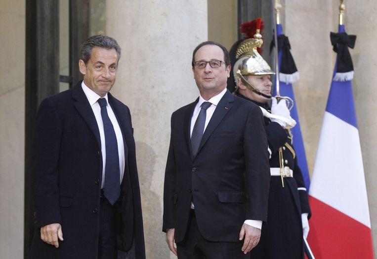 Sarkozy en Hollande voorafgaand aan hun ontmoeting in het Elysee Beeld ap