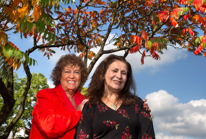 Carla van Dokkum met haar vriendin Nahid wier levensverhaal ze optekende.