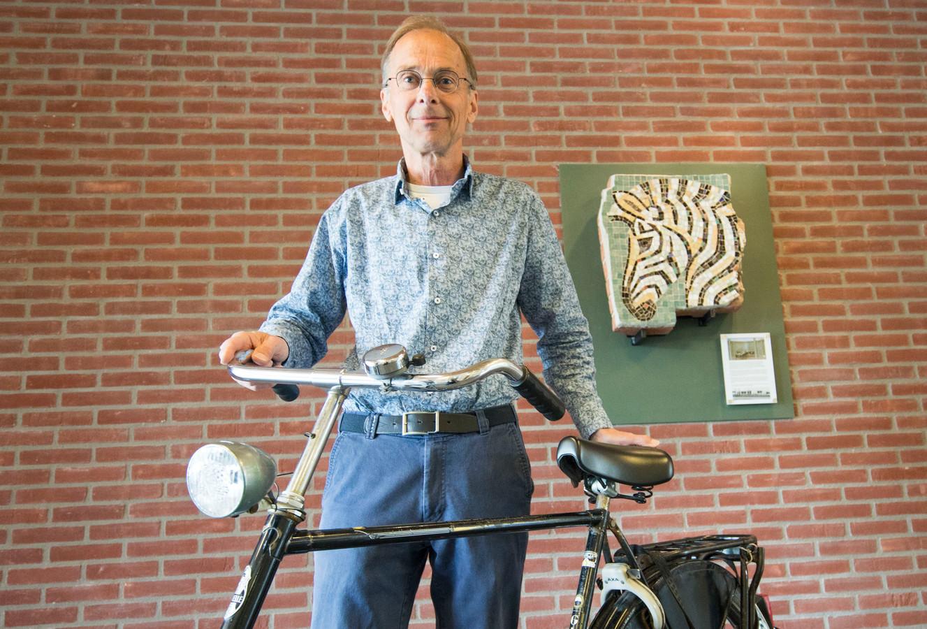 Arie de Viet nam kort na de sloop van de oude uloschool het brokstuk met het zebrahoofd op zijn bagagedrager mee naar Sint-Maartensdijk. Het brokstuk lag 18 jaar in zijn tuin en is na een restauratie terug op de oude plek in een nieuw gebouw,  de hal van medisch centrum Vliethof.