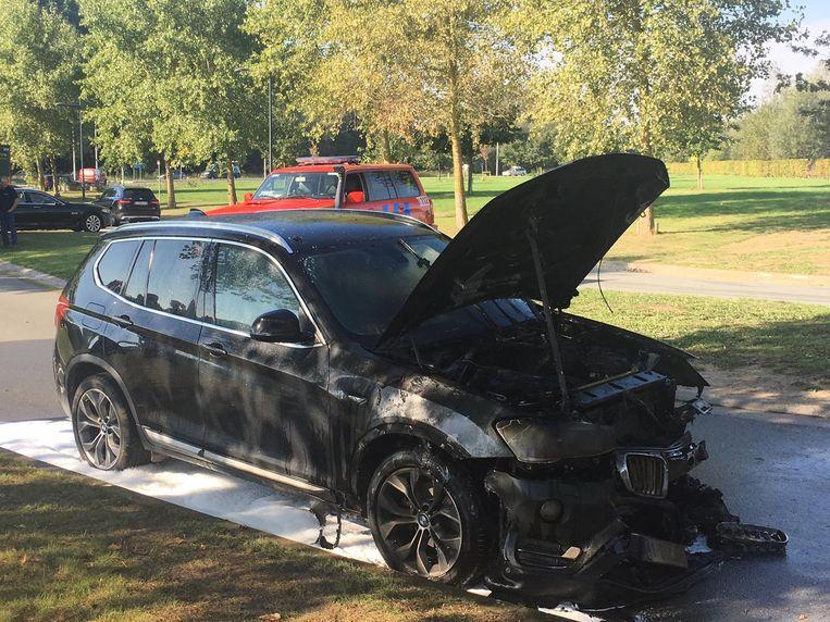 Op bedrijventerrein Evolis vatte een BMW vuur.