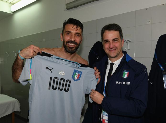 Gianluigi Buffon toont een speciaal shirt bij zijn duizendste officiële wedstrijd.