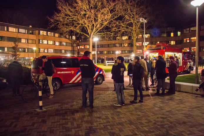 Studenten wachten buiten na de brand in het complex aan de Professor Bromstraat in Nijmegen.