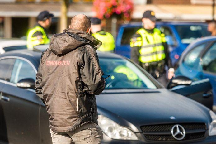 Politiecontrole op de Woenselse Markt in Eindhoven.