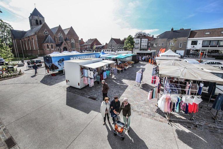 De donderdagmarkt vindt opnieuw plaats op het Sint-Maartensplein, dat onlangs werd vernieuwd.