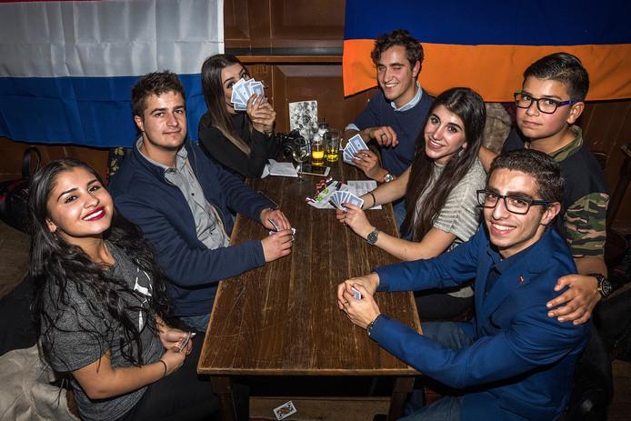 Welkomstborrel Armeense Studentenvereniging Gladzor. Links: Hripseme, Aren, Azniv. Rechts: Wahag, Aram, Adrine en Davo.