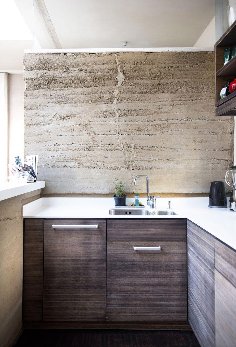 Eike: 'Bamboe is een veelzijdig materiaal. Alle meubels in ons appartement zijn ervan gemaakt. Verder kunnen alle lemen muren in de badkamer en de keuken makkelijk opnieuw worden gebruikt als ze afgebroken moeten worden.' Beeld Els Zweerink