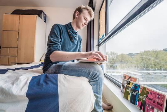 Tygo Huurnink in zijn studentenkamer.