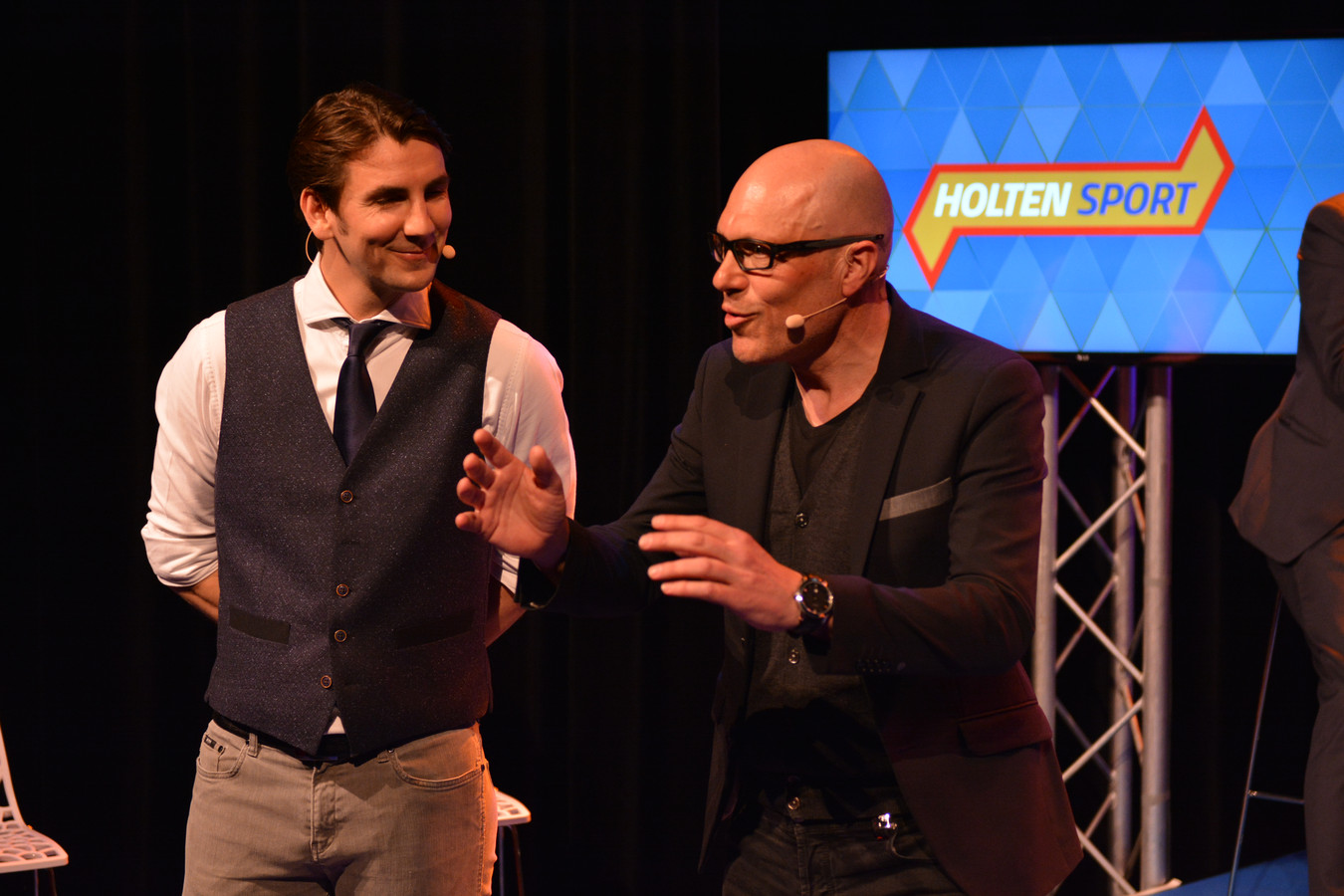 Oud-wielrenner, positivo en spreker Gert Jakobs (rechts) in het theater in Holten.