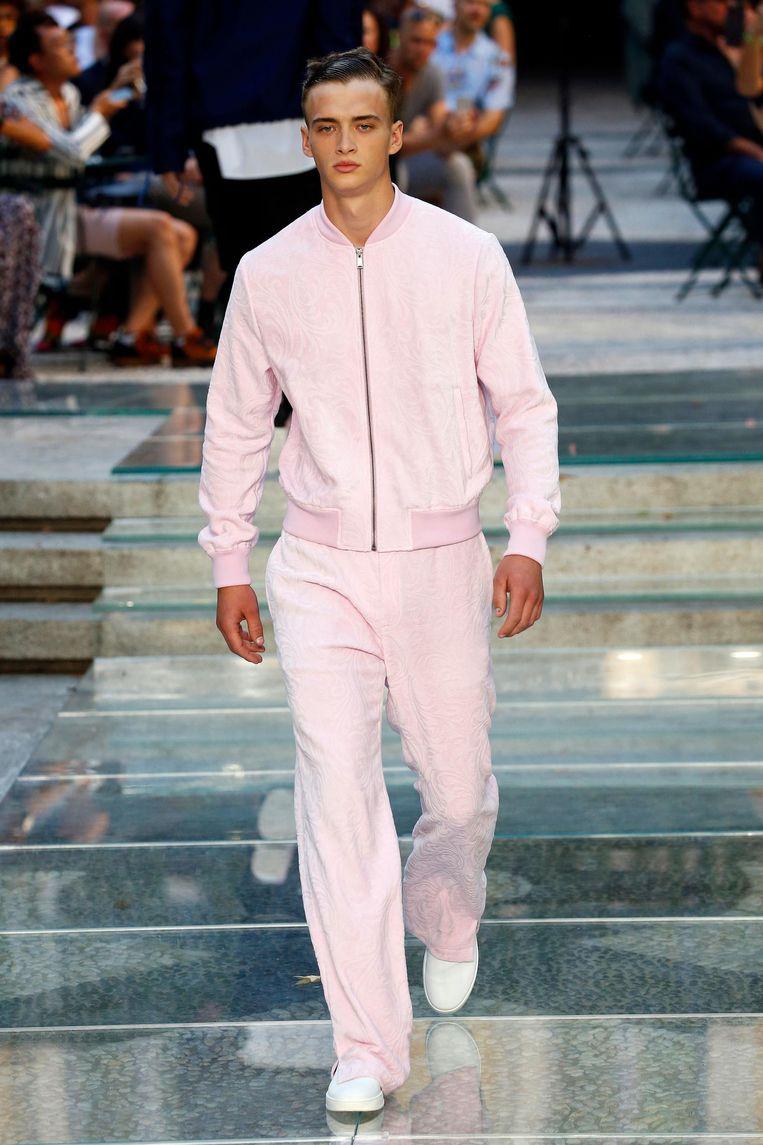 Een outfit van Versace. Beeld Peter Stigter