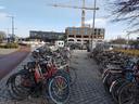 Het zal een verlossing zijn voor al wie nu rond het station parkeert. De tijdelijke stalling van de gemeente aan het Brokxplein is tot de nok toe gevuld. Rijen dik staan de fietsen (eigenlijk illegaal) naast EVE.