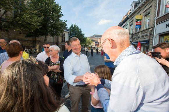 Johan Sauwens van Trots op Bilzen schudt de hand van een aanhanger.