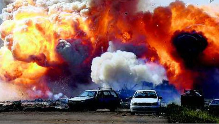 Voertuigen van troepen die loyaal zijn aan Moeammar Kadafi ontploffen na een aanval van de coalitie. Foto: reuters Beeld
