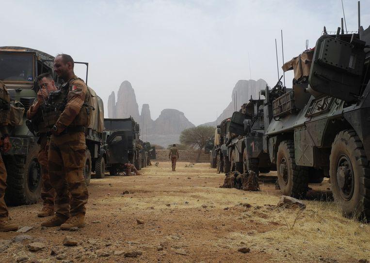 Franse soldaten van de Barkhane-troepenmacht in Mali maken zich klaar voor een antiterrorisme-operatie  in Gourma.   Beeld AFP