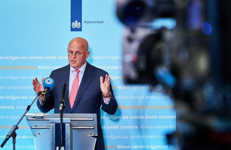Minister Ferd Grapperhaus staat de pers te woord over de bestaande coronamaatregelen. Beeld Hollandse Hoogte /  ANP