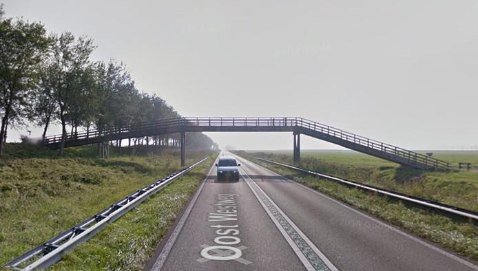 De houten fietsbrug over de Oost-Westweg op Noord-Beveland blijft waarschijnlijk staan.