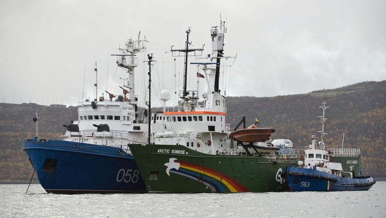 Het Greenpeace-schip Arctic Sunrise en twee Russisiche schepen. Beeld epa
