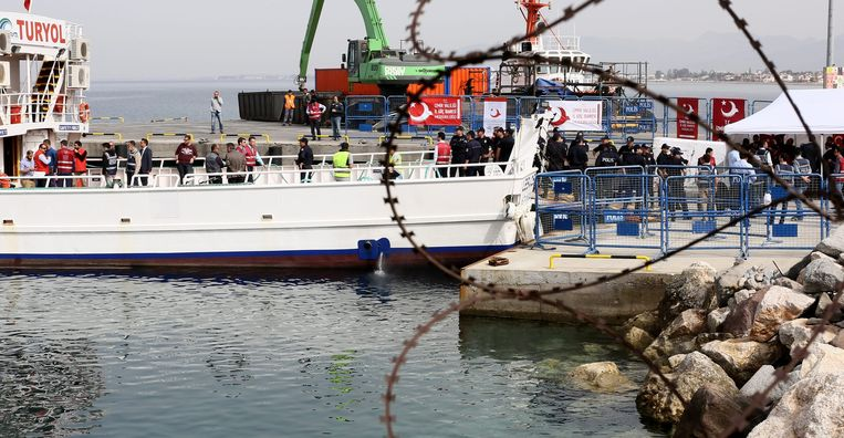 Vluchtelingen worden teruggebracht naar Turkije. Beeld epa