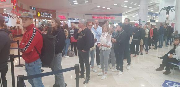 De Belgen zijn het hopeloze wachten in Cancun meer dan beu. Al sinds maandag zitten ze vast in Mexico.