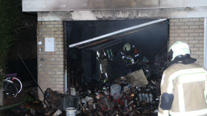 Garage volledig uitgebrand in tuin sociale woning
