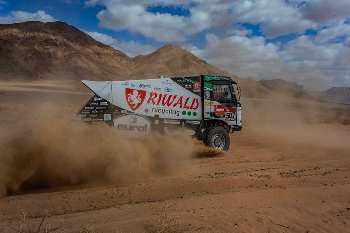 De truck met Gert Huzink, Rob Buursen en Martin Roesink in actie tijdens de vierde etappe van de Dakar Rally.
