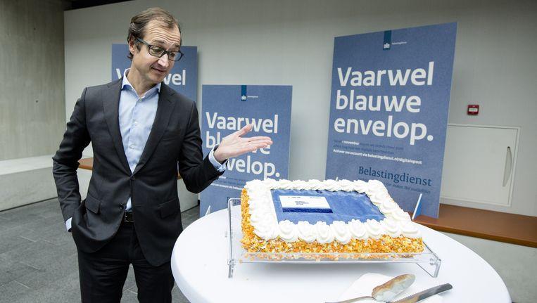 Na 100 jaar neemt de Belastingdienst afscheid van de blauwe envelop. Staatssecretaris Wiebes (financiën) gaf in oktober het startsein voor de campagne die het afscheid inluidt. Beeld anp