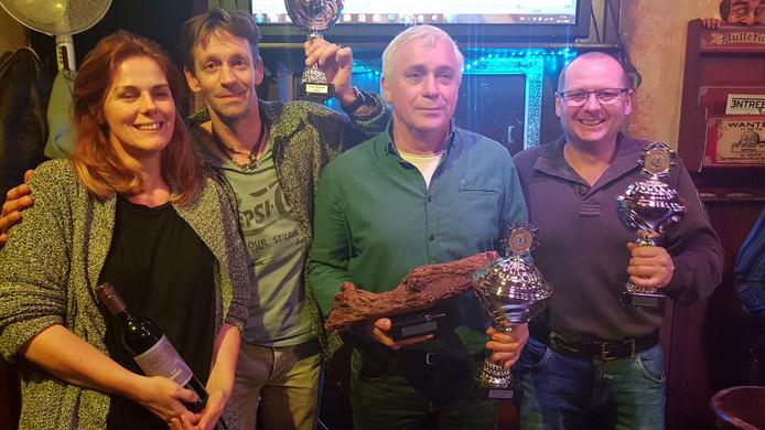 Het erepodium van het WK Knoesten, met winnaar Cor Jochoms als derde van links.