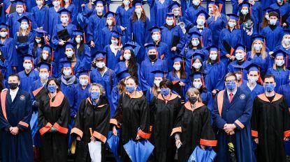 Regen schrikt VUB-studenten niet af tijdens unieke afstudeerceremonie op Grote Markt