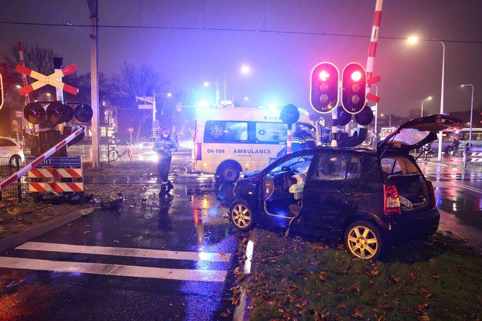 De slagboom van de overgang is afgebroken, ook de auto liep forse schade op.