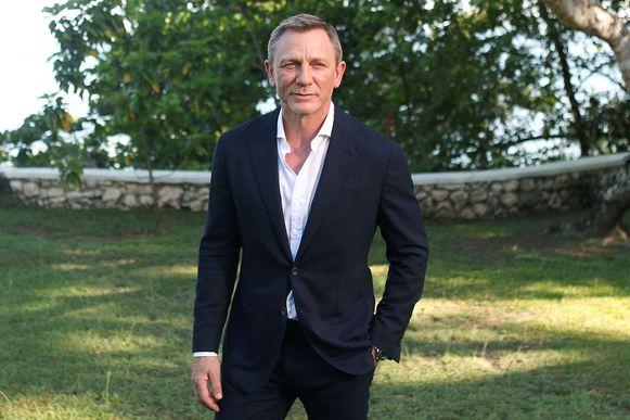 Daniel Craig snijdt nog liever zijn polsen over, dan dat hij nog een keer James Bond speelt. Dat zegt hij in juni 2015.
