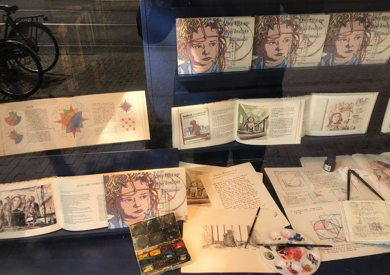 De etalage van boekhandel Athenaeum op het Spui, met oorspronkelijke werken en manuscripten van Dick Tuinder.  Beeld dick tuinder