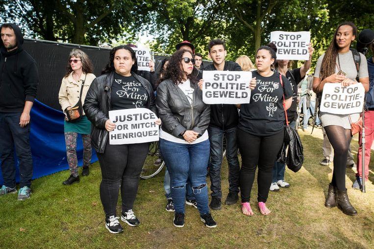 Familieleden van Mitch Henriquez tijdens een demonstratie tegen politiegeweld. Beeld