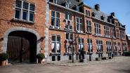 Poortgebouw in Oud-Rekem hangt wel vijftig witte lakens buiten