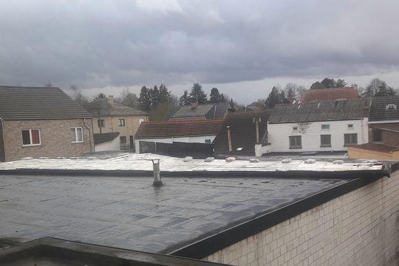 Van een woning aan de Hannuitsesteenweg in Tienen ging een deel van het dak vliegen
