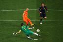 Arjen Robben kan scoren tegen Spanje maar de teen van Iker Casillas weerhoudt hem daarvan.
