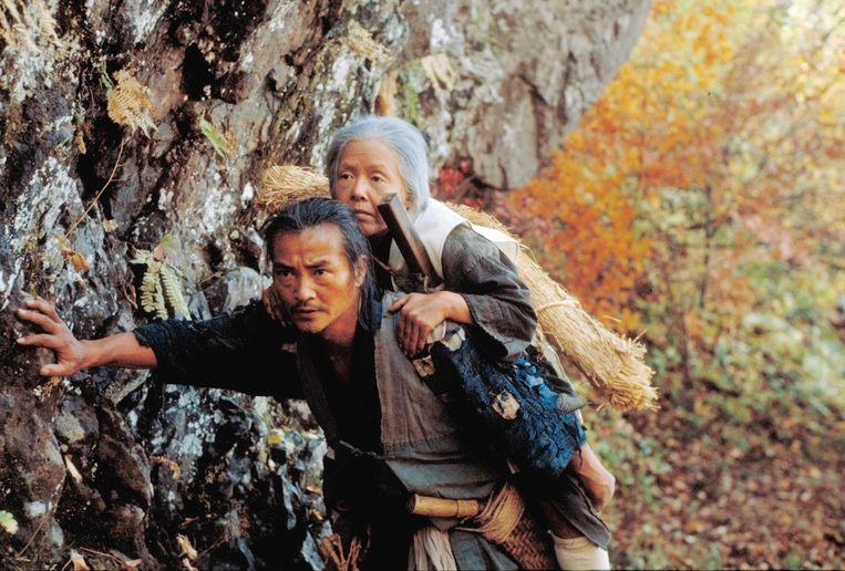 Moeder wordt weggebracht om te sterven in The ballad of Narayama. Beeld .