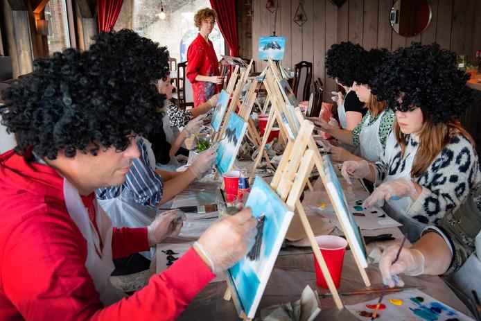 Yvette Rohde deelde vrijdag pruiken uit aan de deelnemers van de schilderscursus.