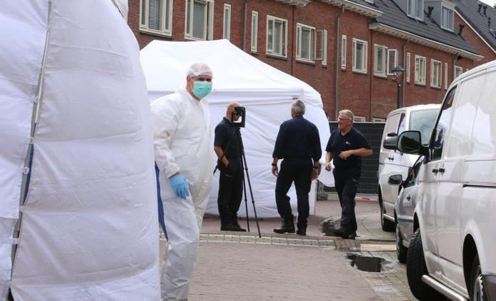 Het forensisch onderzoek aan de Wilgenstraat in Den Bosch woensdagochtend.