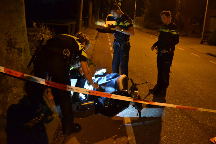 De jongen schoof met zijn scooter langs de stoeprand.