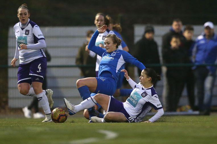 Nikki Janssen (Genk, blauw) in duel met Stefania Vatafu van Anderlecht.