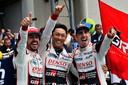 Fernando Alonso, Kazuki Nakajima en Sebastien Buemi na de zege van vorig jaar.
