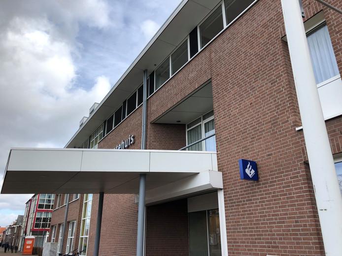 Het politielogo op de gevel kondigt de komst van het politiesteunpunt in het gemeentehuis in Goirle aan.