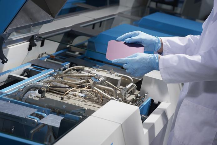 Een machine van Solaytec verwerkt 3600 zonnecellen per uur.