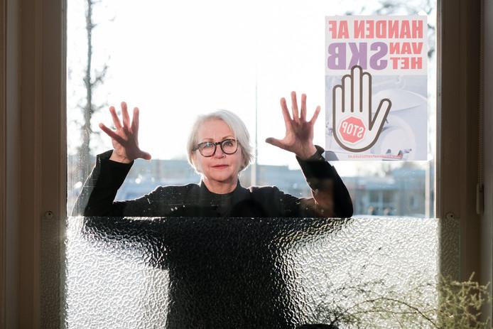 Jeanine Holders roept iedereen op de poster voor het raam te hangen.