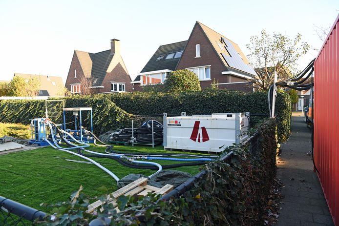 Werkzaamheden aan de warmte-installatie in de wijk Beljaart in Dongen waar de oudste bewoners het warme (grond)water nog steeds centraal krijgen aangeleverd.