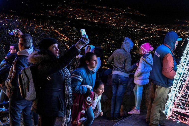 Toeristen op het uitkijkpunt op de Monserrate twee dagen geleden.