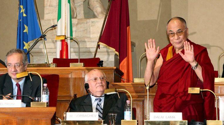 Mikhail Gorbatsjov (m) en de Dalai Lama (r) bij een bijeenkomst voor Nobelprijswinnaars in Rome, eind vorig jaar. EPA/Alessandro Di Meo Beeld
