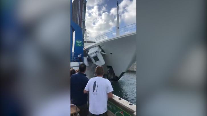 Schip botst op brugwachtershuisje op Sint-Maarten