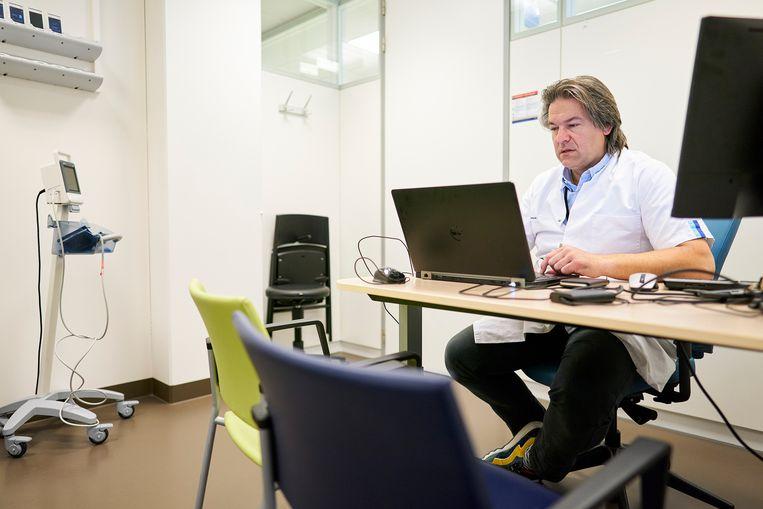 Internist Sebastian Neggers heeft een online consult met zijn patiënt Jan-Willem Hermans. Beeld Phil Nijhuis