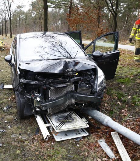 Automobilist zorgt voor flinke schade bij ongeluk tussen Wezep en Heerde