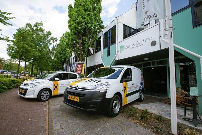 De twee deelauto's die bij wijze van proef te huur zijn bij Deelootoo.